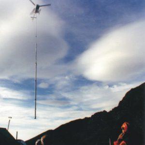 Installazione palo strallato con elicottero